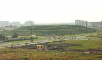 Панорама свалки огорожена забором